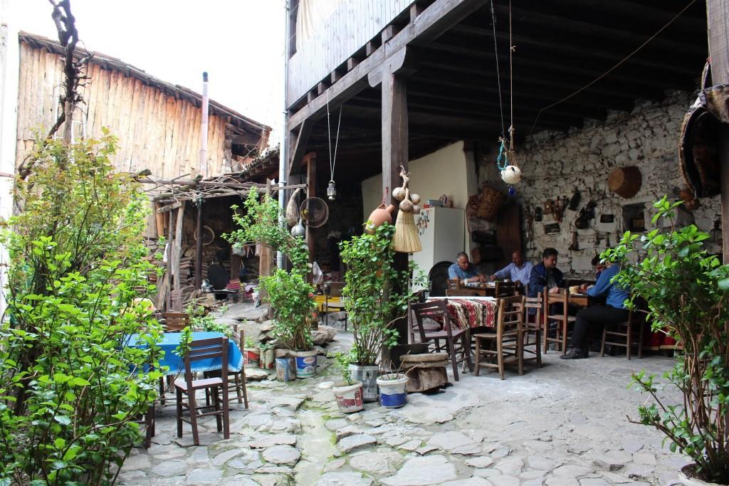 Cumalıkızk'ta bir evin avlusu, günümüzde kafe olarak hizmet veriyor.