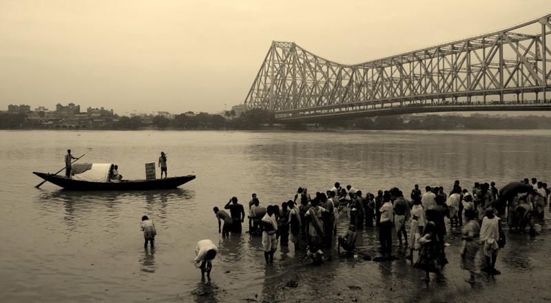 Kolkata'nın sembollerinden biri olan Howrah köprüsü. Demir asma köprü türünde dünyanın en büyüklerinden biri.
