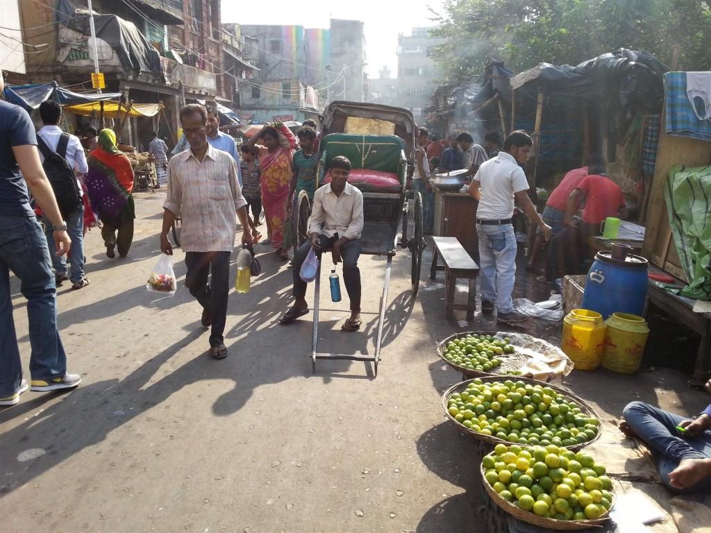 Kolkata insan gücüyle çalışan Rikşa'lara rastlayabileceğiniz tek yer. Fotoğrafta Kolkata çarşısı ve yüzünde tebessümü eksik etmeyen bir Rikşa kullanıcısı.