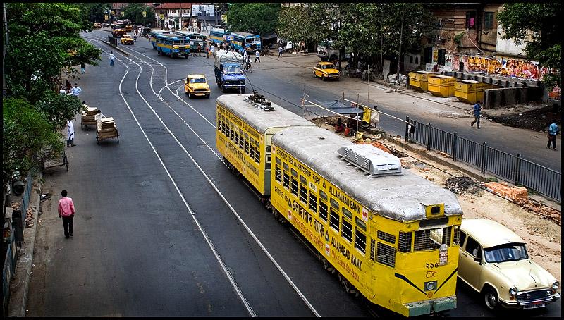 Kolkata sokaklarında dolaşan rengarenk tramvay.