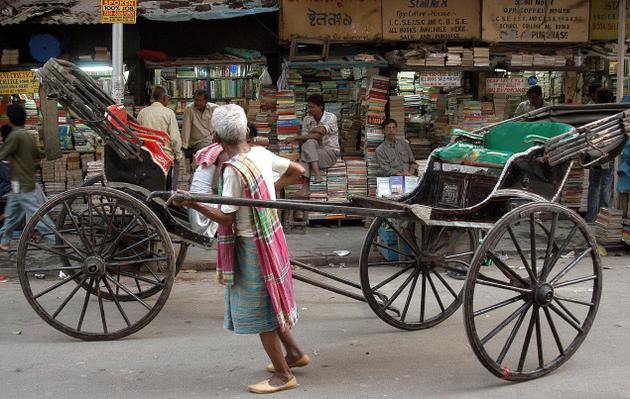 Kolkata sokaklarında bir Rikşa kullanıcısı (Foto: Google İmages)