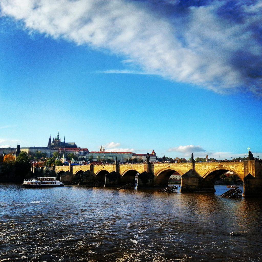 Vltava Nehri, Karluv Most Köprüsü ve arkada Aziz Vitus Katedrali