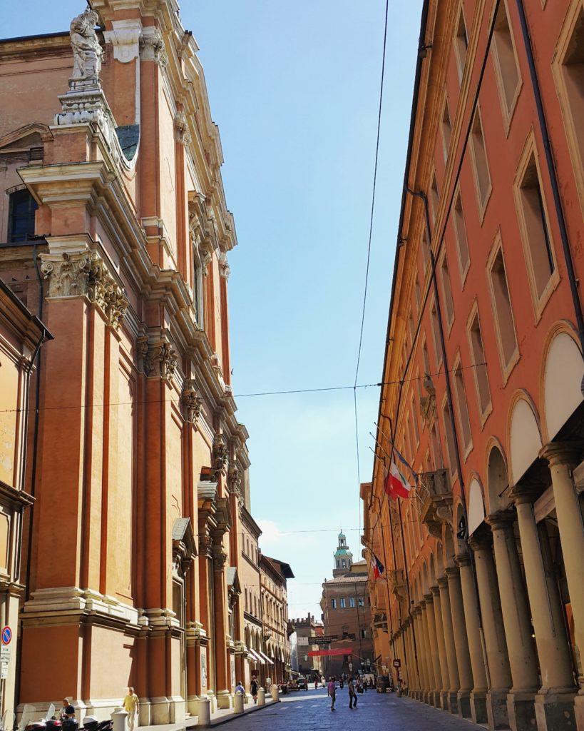 Via dell'Indipendenza'nın solunda kalan Bologna San Pietro Katedrali