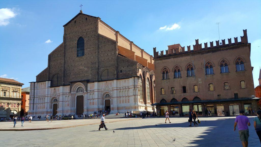 Piazza Maggiore Meydanı ve San Petronio Kilisesi