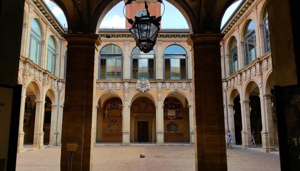"""Palazzo/Biblioteca dell""""Archiginnasio'nun Avlusu"""