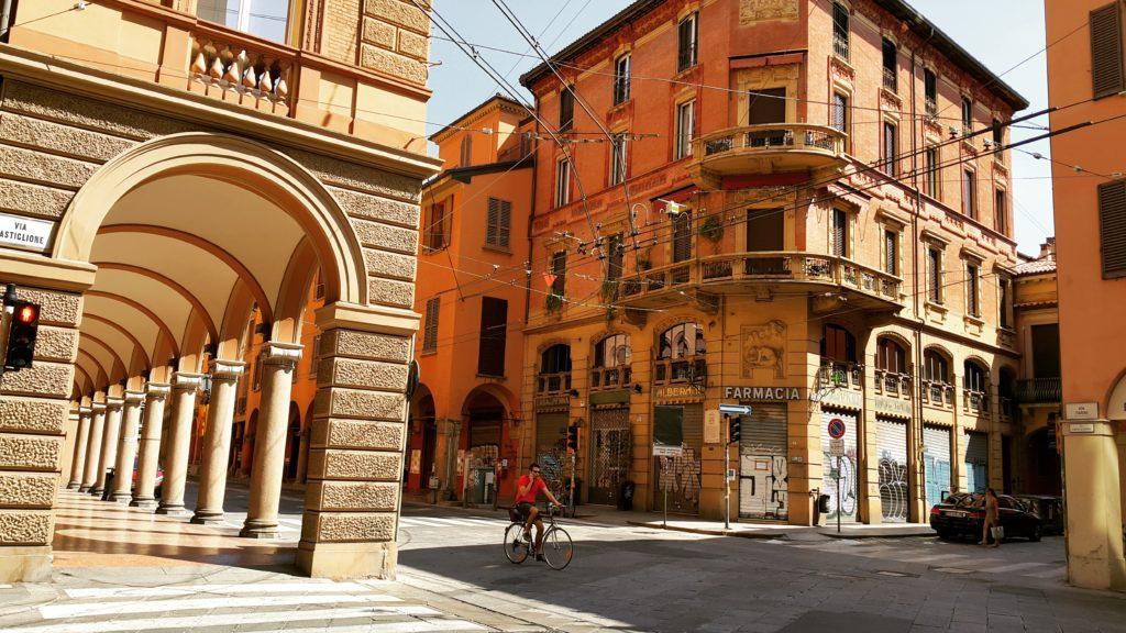 Kızıl mimarisiyle ünlü Bologna'nın birbirinden güzel caddeleri