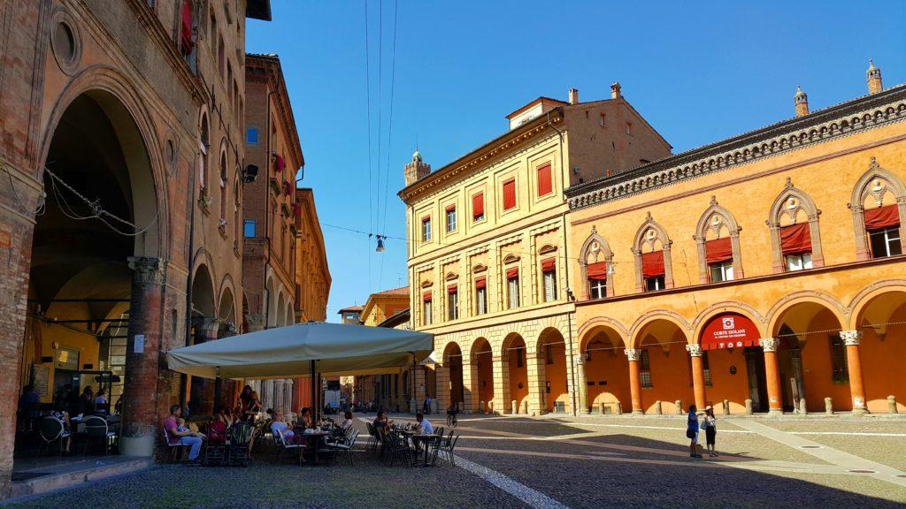 Revaklar şehri Bologna'da San Stefano Meydanı (Piazza San Stefano)