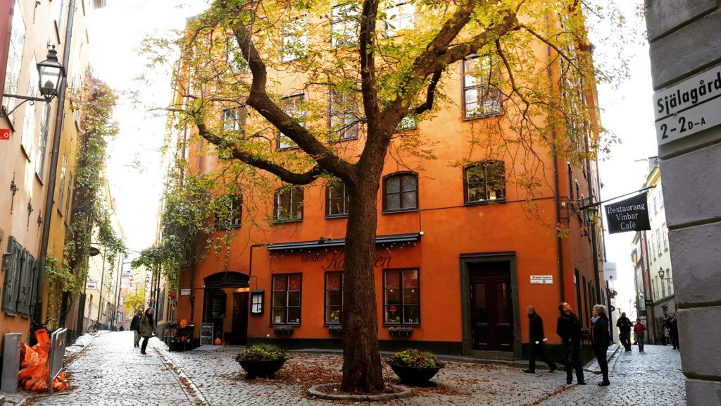 Stockholm'un Orta çağ'dan kalan tarihi merkezi Gamla Stan'ın dar sokakları ve renkli binaları.