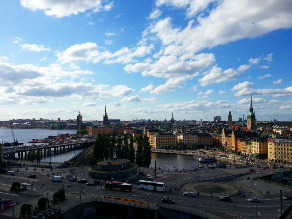 Stockholm manzarası. En solda Nobel ödüllerinin verildiği Belediye Binasının Kulesi, hemen sağında Riddarholmen Kilisesi kulesi ve en sağdaki uzun kule ise 1279 yılından yapılan Stockholm Katedrali.