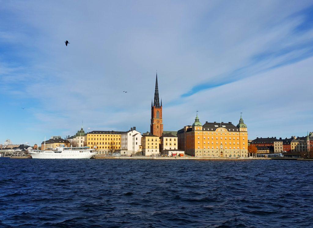 Stockholm'un birçok noktasından görülebilen ve şehir manzarasını süsleyen Riddarholmen Kilisesi.