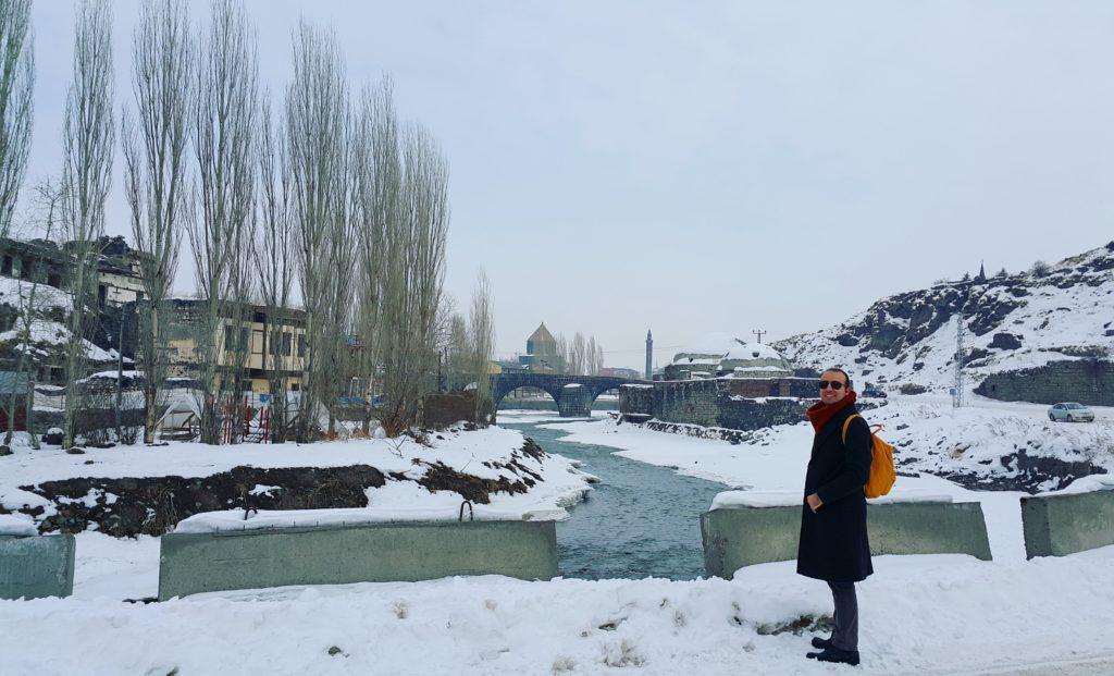 Solda Ahmet Tevfik Paşa Konağı, ortada Kars Çayı ve üzerindeki Taş Köprü, onun arkasında poz veren 12 Havariler Kilisesi, sağda Mazlumağa Hamamı ve en sağda Gezibo:)