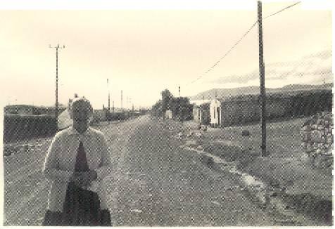 Anne Strubar, Kars'ın Çakmak Köyünde Malakanlardan kalma bir evin önünde.