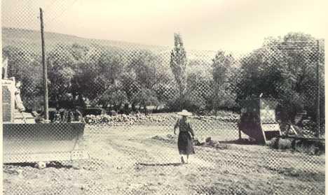 Anne Çalkavur Köyünde dedesinin diktiği meyve bahçesinin önünde.