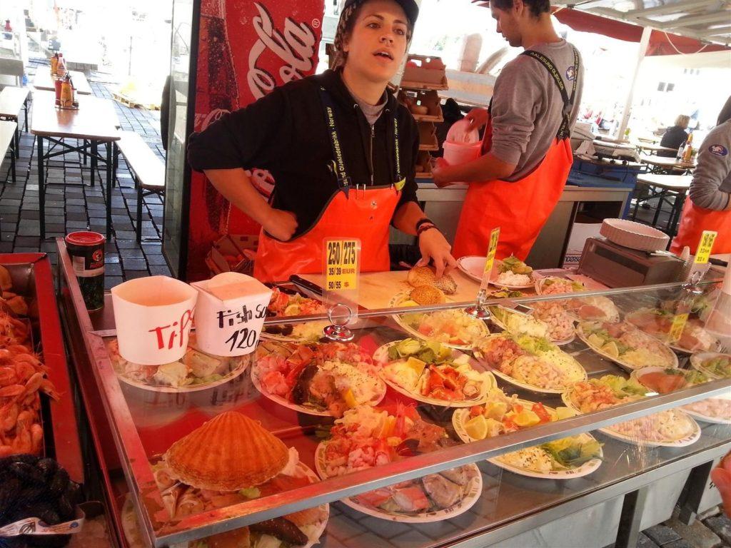 Balık çarşısında 35 Euro'ya Kral Yengeç ya da Balina eti yiyebilirsiniz