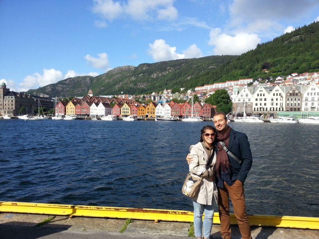 Rengarenk Bryggen evleriyle güneşli bir Bergen pozu
