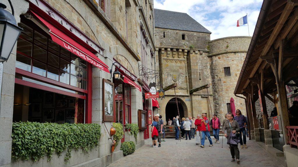 Mont Saint Michel sokakları ve La Mere Poulard dükkanı