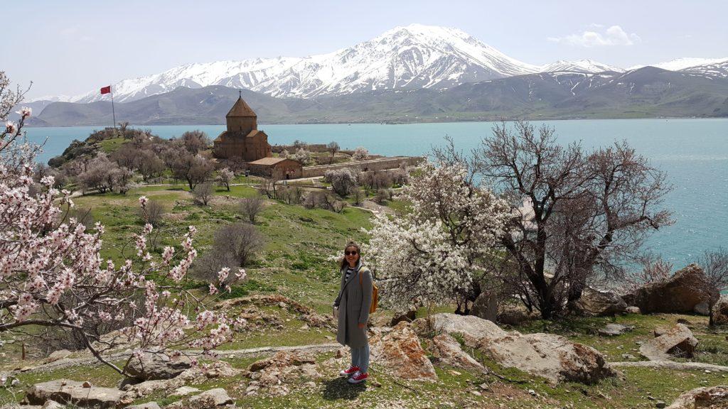 İlkbaharda Akdamar Adasi ve Kilisesi