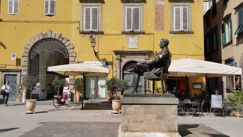 Puccini'nin heykeli
